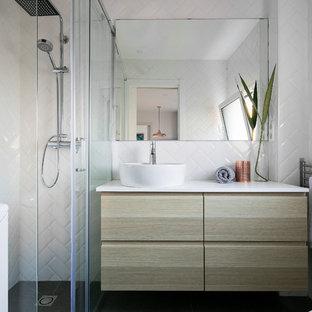 Diseño de cuarto de baño con ducha, nórdico, de tamaño medio, con armarios con paneles lisos