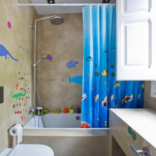 Modelo de cuarto de baño contemporáneo con puertas de armario beige, combinación de ducha y bañera, bañera encastrada, sanitario de pared, paredes beige, ducha con cortina y encimeras beige