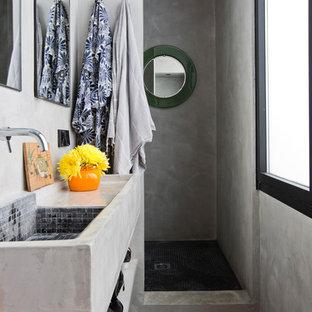 Ejemplo de cuarto de baño con ducha, actual, pequeño, con armarios abiertos, puertas de armario grises, paredes grises, encimera de cemento, suelo gris, encimeras grises, ducha empotrada, baldosas y/o azulejos grises, suelo de cemento, lavabo suspendido y ducha abierta