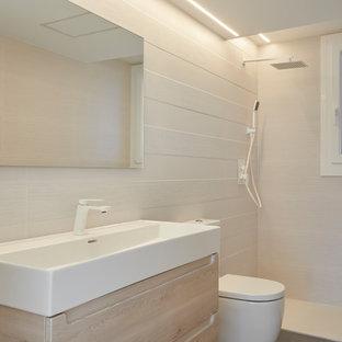 Diseño de cuarto de baño con ducha y abovedado, minimalista, pequeño, con armarios abiertos, puertas de armario blancas, ducha a ras de suelo, urinario, baldosas y/o azulejos beige, baldosas y/o azulejos de cerámica, paredes beige, suelo de baldosas de porcelana, lavabo tipo consola, encimera de cuarcita, suelo gris, ducha abierta y encimeras blancas