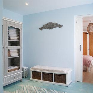 Foto di una stanza da bagno mediterranea con doccia aperta, piastrelle in ceramica, pavimento in pietra calcarea, lavabo da incasso, porta doccia a battente e top turchese