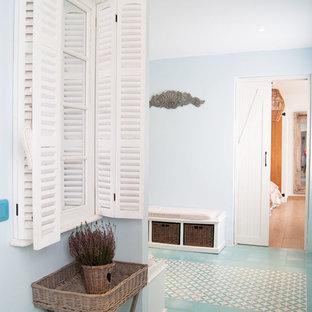 Ispirazione per una stanza da bagno mediterranea con doccia aperta, piastrelle in ceramica, pavimento in pietra calcarea, lavabo da incasso, porta doccia a battente e top turchese