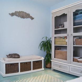 Foto de cuarto de baño mediterráneo con ducha abierta, baldosas y/o azulejos de cerámica, suelo de piedra caliza, lavabo encastrado, ducha con puerta con bisagras y encimeras turquesas