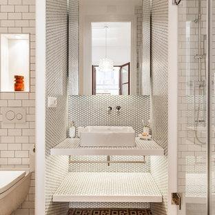 Стильный дизайн: главная ванная комната среднего размера в средиземноморском стиле с стеклянными фасадами, белыми фасадами, белой плиткой, плиткой мозаикой, белыми стенами и белой столешницей - последний тренд