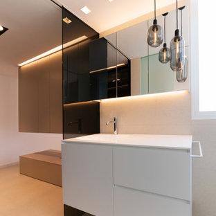 Ejemplo de cuarto de baño con ducha, moderno, de tamaño medio, con armarios con paneles lisos, puertas de armario blancas, baldosas y/o azulejos beige, paredes blancas, lavabo bajoencimera, suelo beige y encimeras blancas
