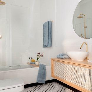 Foto de cuarto de baño principal, contemporáneo, con bañera empotrada, baldosas y/o azulejos blancas y negros, baldosas y/o azulejos en mosaico, paredes blancas, suelo con mosaicos de baldosas, lavabo sobreencimera, encimera de madera, suelo blanco y encimeras marrones