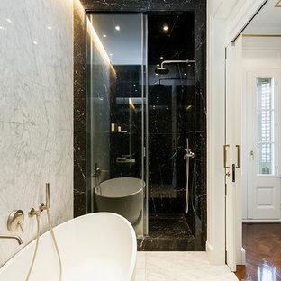Imagen de cuarto de baño principal, clásico renovado, pequeño, con bañera exenta, ducha esquinera, baldosas y/o azulejos blancas y negros, baldosas y/o azulejos de piedra, suelo de mármol y paredes blancas