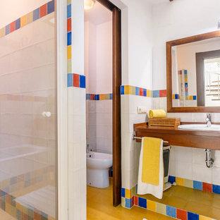 Diseño de cuarto de baño mediterráneo con ducha empotrada, bidé, baldosas y/o azulejos multicolor, paredes blancas, lavabo encastrado, encimera de madera, suelo marrón, ducha con puerta con bisagras y encimeras marrones