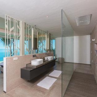 Diseño de cuarto de baño con ducha, contemporáneo, con ducha a ras de suelo, lavabo sobreencimera, armarios con paneles lisos, puertas de armario grises, baldosas y/o azulejos beige, paredes beige, suelo beige, ducha abierta y encimeras grises