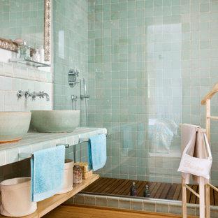 Diseño de cuarto de baño con ducha, mediterráneo, de tamaño medio, con armarios abiertos, puertas de armario verdes, ducha esquinera, baldosas y/o azulejos verdes, baldosas y/o azulejos de cerámica, paredes blancas, lavabo sobreencimera, encimera de azulejos, suelo beige y encimeras verdes