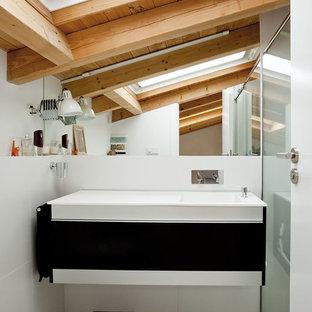 Réalisation d'une petit salle d'eau nordique avec un placard à porte plane, des portes de placard noires, une douche d'angle, un mur blanc, un sol en carrelage de céramique et une grande vasque.