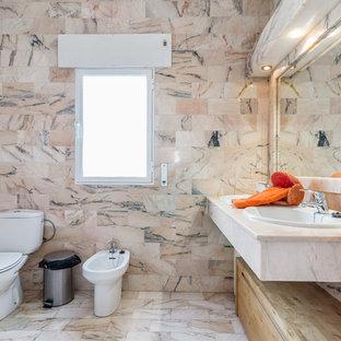 Immagine di un'ampia stanza da bagno con doccia country con bidè, piastrelle rosa, pareti rosa, lavabo da incasso e top rosa
