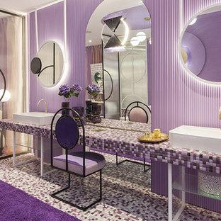 Geräumiges Tropenstil Badezimmer mit lila Wandfarbe, Mosaik-Bodenfliesen, lila Boden und lila Waschtischplatte in Malaga
