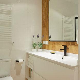 Ejemplo de cuarto de baño con ducha, actual, de tamaño medio, con armarios con paneles lisos, puertas de armario blancas, baldosas y/o azulejos blancos, baldosas y/o azulejos de porcelana, paredes marrones, lavabo integrado, suelo marrón y encimeras blancas