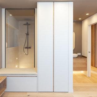 Diseño de cuarto de baño con ducha, actual, grande, con armarios con paneles lisos, puertas de armario de madera oscura, ducha empotrada, paredes blancas, lavabo sobreencimera, suelo beige y encimeras grises