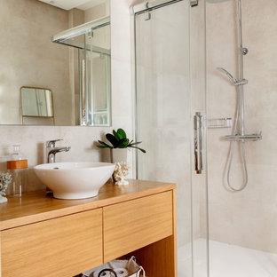 Foto de cuarto de baño contemporáneo con armarios abiertos, puertas de armario de madera oscura, ducha esquinera, baldosas y/o azulejos beige, lavabo sobreencimera, encimera de madera, ducha con puerta corredera, paredes beige, suelo beige y encimeras marrones