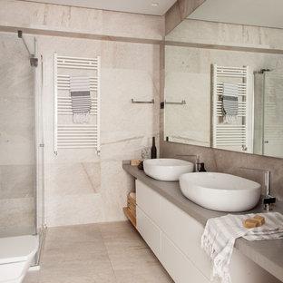 Ejemplo de cuarto de baño con ducha, actual, con armarios con paneles lisos, puertas de armario blancas, ducha esquinera, lavabo sobreencimera, ducha con puerta corredera, encimeras grises, baldosas y/o azulejos beige, paredes beige y suelo beige