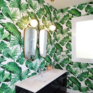 Imagen de cuarto de baño tropical, de tamaño medio, con paredes multicolor