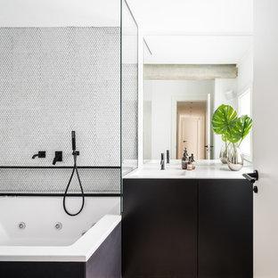 Imagen de cuarto de baño principal, actual, con armarios con paneles lisos, puertas de armario negras, jacuzzi, combinación de ducha y bañera, baldosas y/o azulejos blancos, baldosas y/o azulejos en mosaico, paredes blancas, lavabo integrado, suelo beige, ducha abierta y encimeras blancas