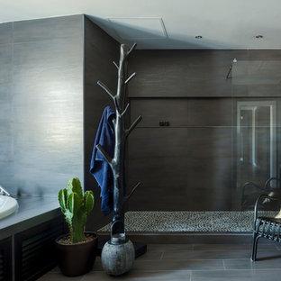 Diseño de cuarto de baño principal, bohemio, con bañera encastrada, ducha empotrada, baldosas y/o azulejos negros, paredes negras, suelo negro y ducha abierta