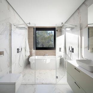 Diseño de cuarto de baño principal, contemporáneo, con armarios con paneles lisos, puertas de armario verdes, bañera exenta, ducha doble, sanitario de pared, baldosas y/o azulejos blancos, paredes blancas, lavabo de seno grande y ducha con puerta con bisagras