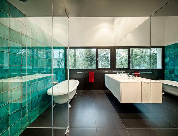 Contemporary Bathroom by MIRAG Arquitectura i Gestio