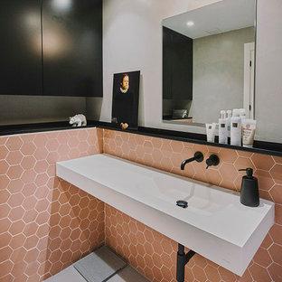Salle de bain avec un carrelage rose et un mur gris : Photos et ...