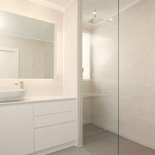 Imagen de cuarto de baño con ducha, moderno, con armarios con paneles lisos, ducha a ras de suelo, suelo gris y encimeras blancas