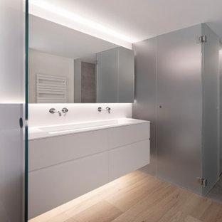 Diseño de cuarto de baño principal, minimalista, grande, con puertas de armario blancas, sanitario de pared, baldosas y/o azulejos de cerámica, paredes blancas, suelo de baldosas de cerámica, lavabo de seno grande, encimera de cuarzo compacto, suelo beige, ducha con puerta con bisagras, encimeras blancas, armarios con paneles lisos, ducha empotrada y baldosas y/o azulejos grises