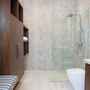 Imagen de cuarto de baño con ducha, tradicional renovado, sin sin inodoro, con armarios con paneles lisos, puertas de armario de madera en tonos medios, baldosas y/o azulejos beige, paredes beige, suelo beige y ducha abierta