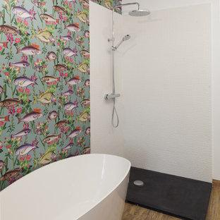 Foto de cuarto de baño principal, exótico, con bañera exenta, ducha esquinera, baldosas y/o azulejos blancos, ducha abierta, paredes multicolor y suelo beige