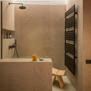 Diseño de cuarto de baño infantil, mediterráneo, de tamaño medio, sin sin inodoro, con armarios tipo mueble, puertas de armario grises, baldosas y/o azulejos beige, baldosas y/o azulejos de porcelana, paredes blancas, encimera de acrílico, suelo beige, encimeras blancas y ducha abierta