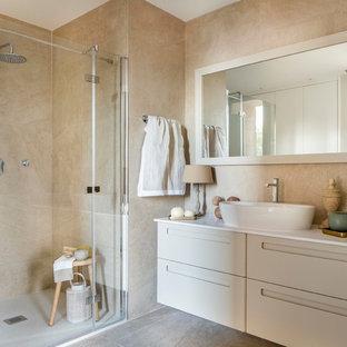 Foto de cuarto de baño con ducha, romántico, de tamaño medio, con armarios con paneles lisos, puertas de armario beige, ducha empotrada, paredes beige, lavabo sobreencimera y ducha con puerta con bisagras
