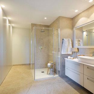 Foto di una stanza da bagno con doccia stile shabby di medie dimensioni con  ante lisce
