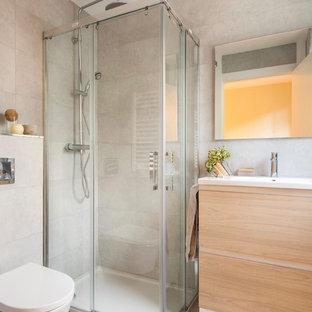 Ejemplo de cuarto de baño con ducha, actual, pequeño, con armarios con paneles lisos, puertas de armario beige, ducha esquinera, sanitario de una pieza, paredes beige, lavabo integrado y ducha con puerta con bisagras