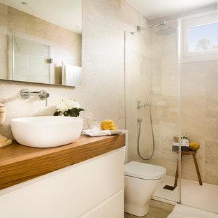 Diseño de cuarto de baño con ducha, mediterráneo, de tamaño medio, con armarios con paneles lisos, puertas de armario blancas, ducha a ras de suelo, sanitario de dos piezas y lavabo sobreencimera