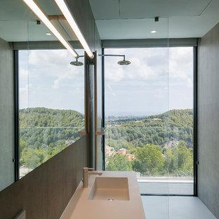 Diseño de cuarto de baño principal, moderno, con ducha a ras de suelo, baldosas y/o azulejos grises, paredes grises, lavabo integrado, suelo gris, ducha abierta y encimeras beige