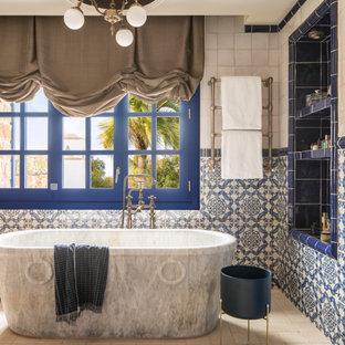 Diseño de cuarto de baño principal, mediterráneo, grande, con bañera exenta, baldosas y/o azulejos azules, baldosas y/o azulejos en mosaico, suelo de baldosas de porcelana y suelo beige