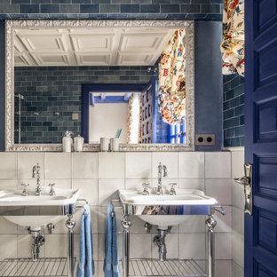 Foto de cuarto de baño con ducha, mediterráneo, de tamaño medio, con baldosas y/o azulejos azules, baldosas y/o azulejos de cemento, paredes azules, lavabo tipo consola y suelo gris