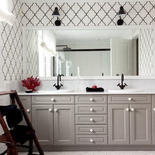 Diseño de cuarto de baño clásico renovado con armarios con paneles empotrados, puertas de armario grises, paredes blancas, lavabo encastrado y suelo blanco