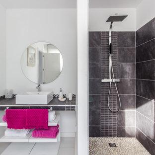 Foto de cuarto de baño con ducha, contemporáneo, con armarios abiertos, ducha abierta, baldosas y/o azulejos grises, paredes blancas, lavabo sobreencimera, suelo gris, ducha abierta y encimeras grises
