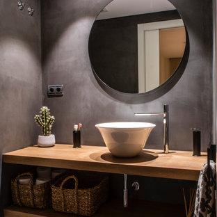 Ejemplo de cuarto de baño con ducha, contemporáneo, de tamaño medio, con armarios abiertos, puertas de armario de madera oscura, baldosas y/o azulejos grises, lavabo sobreencimera, encimera de madera y encimeras beige