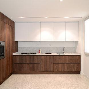 Esempio di una grande cucina a L moderna chiusa con ante lisce, ante in legno scuro, paraspruzzi grigio, paraspruzzi in lastra di pietra e elettrodomestici in acciaio inossidabile
