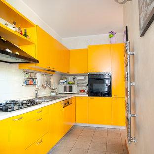 Immagine di una cucina design di medie dimensioni con lavello da incasso, ante lisce, ante gialle, top in laminato, elettrodomestici neri, pavimento in gres porcellanato, pavimento beige, paraspruzzi bianco e nessuna isola