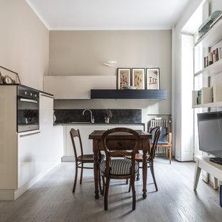Foto di una piccola cucina classica con ante lisce, ante bianche, paraspruzzi nero, parquet chiaro, nessuna isola e pavimento beige