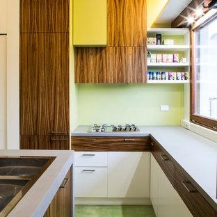 Réalisation d'une cuisine minimaliste en U fermée et de taille moyenne avec un évier posé, un placard à porte plane, des portes de placard en bois sombre, un plan de travail en béton, un électroménager en acier inoxydable, un sol en vinyl, un îlot central et un sol vert.