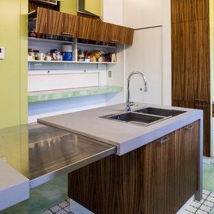 Geschlossene, Mittelgroße Moderne Küche in U-Form mit Einbauwaschbecken, flächenbündigen Schrankfronten, lila Schränken, Betonarbeitsplatte, Küchengeräten aus Edelstahl, Linoleum, Kücheninsel und buntem Boden in Rom