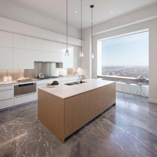 Esempio di un'ampia cucina design con lavello a doppia vasca, ante lisce, ante bianche, paraspruzzi a effetto metallico, isola, elettrodomestici in acciaio inossidabile e pavimento in marmo