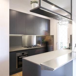 Ispirazione per una cucina contemporanea di medie dimensioni con ante lisce, ante nere, paraspruzzi nero, penisola e elettrodomestici in acciaio inossidabile