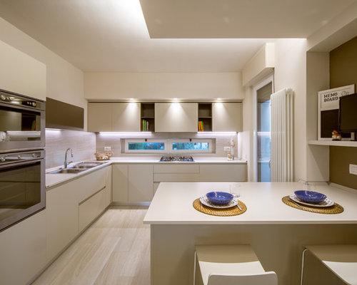 Cucina moderna con ante beige foto e idee per - Pierdominici casa ...
